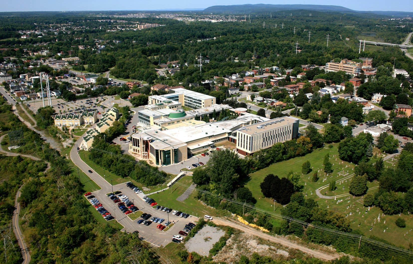 En raison de sa situation géographique, l'Université du Québec en Outaouais doit faire face aux effets pervers concurrentiels et historiques des établissements d'enseignement supérieur de l'Ontario, souligne l'auteur.