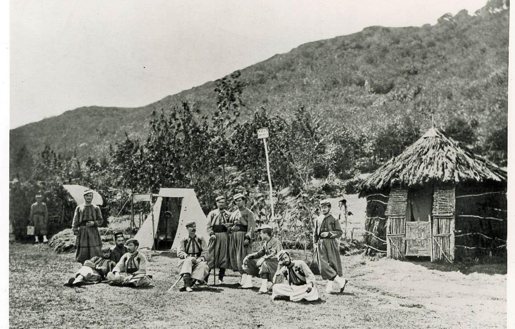 Le mot «zouave» vient de ce que l'habit coloré de ces soldats est inspiré des unités françaises d'infanterie légère en Afrique. Le nom de ce corps était lui-même emprunté à l'arabe maghrébin «Zwawa» qui désigne une confédération de tribus kabyles, en Algérie.