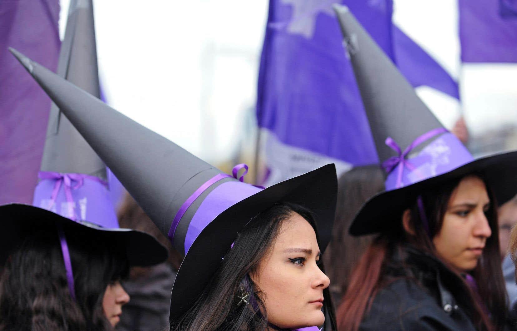 Le féminisme a récupéré l'image de la sorcière, même si beaucoup d'hommes ont été pourchassés pour sorcellerie au Moyen Âge.