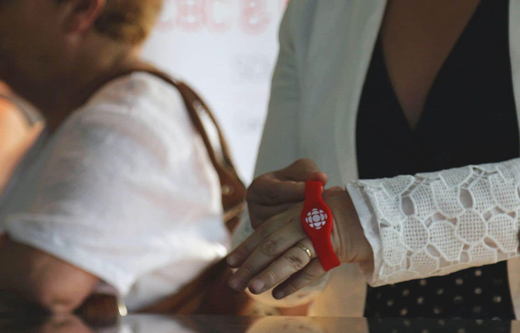 Les bracelets de l'entreprise québécoise Connect and Go contrôlent les entrées et les sorties des personnes accréditées dans le village olympique, à Pyeongchang.