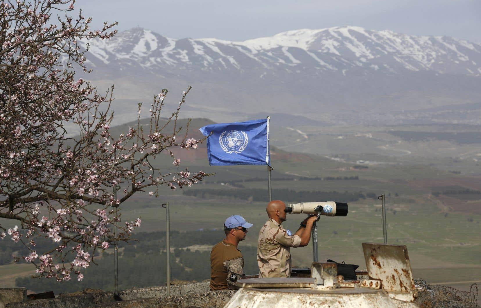 Des membres de l'ONU surveillent la frontière israélo-syrienne dans le plateau du Golan, territoire annexé par Israël.