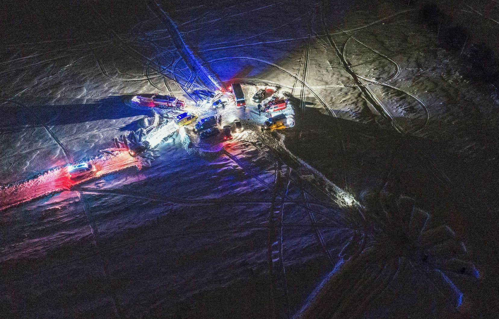 Des intervenants d'urgence travaillent sur le site de l'accident d'avion dans le district de Ramensky, en périphérie de Moscou.