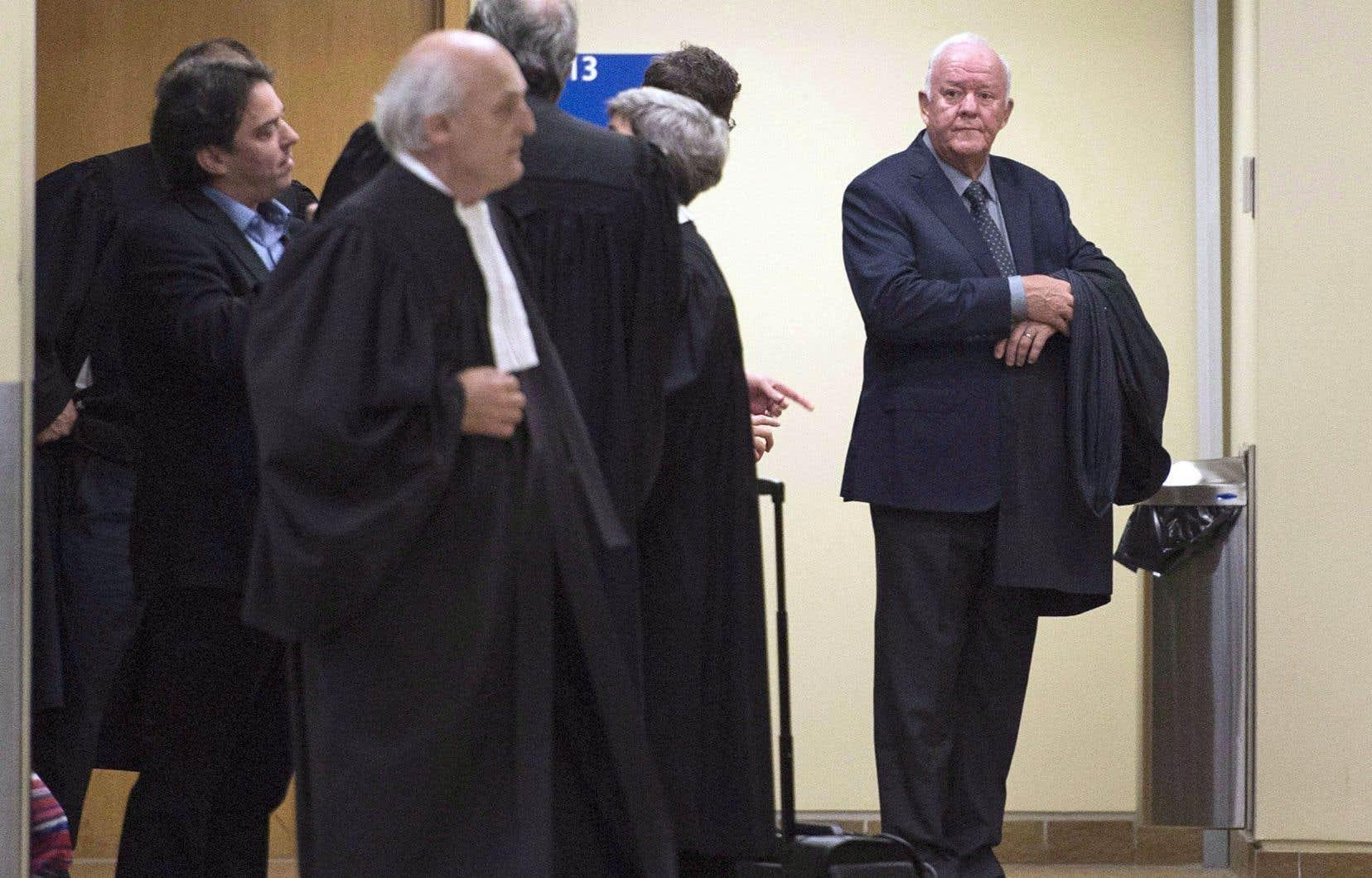 L'avocat de l'ancien ministre Marc-Yvan Côté, que l'on voit ici (à droite) au palais de justice de Québec, a échoué dans sa tentative de faire témoigner deux journalistes pour identifier leurs sources d'information.