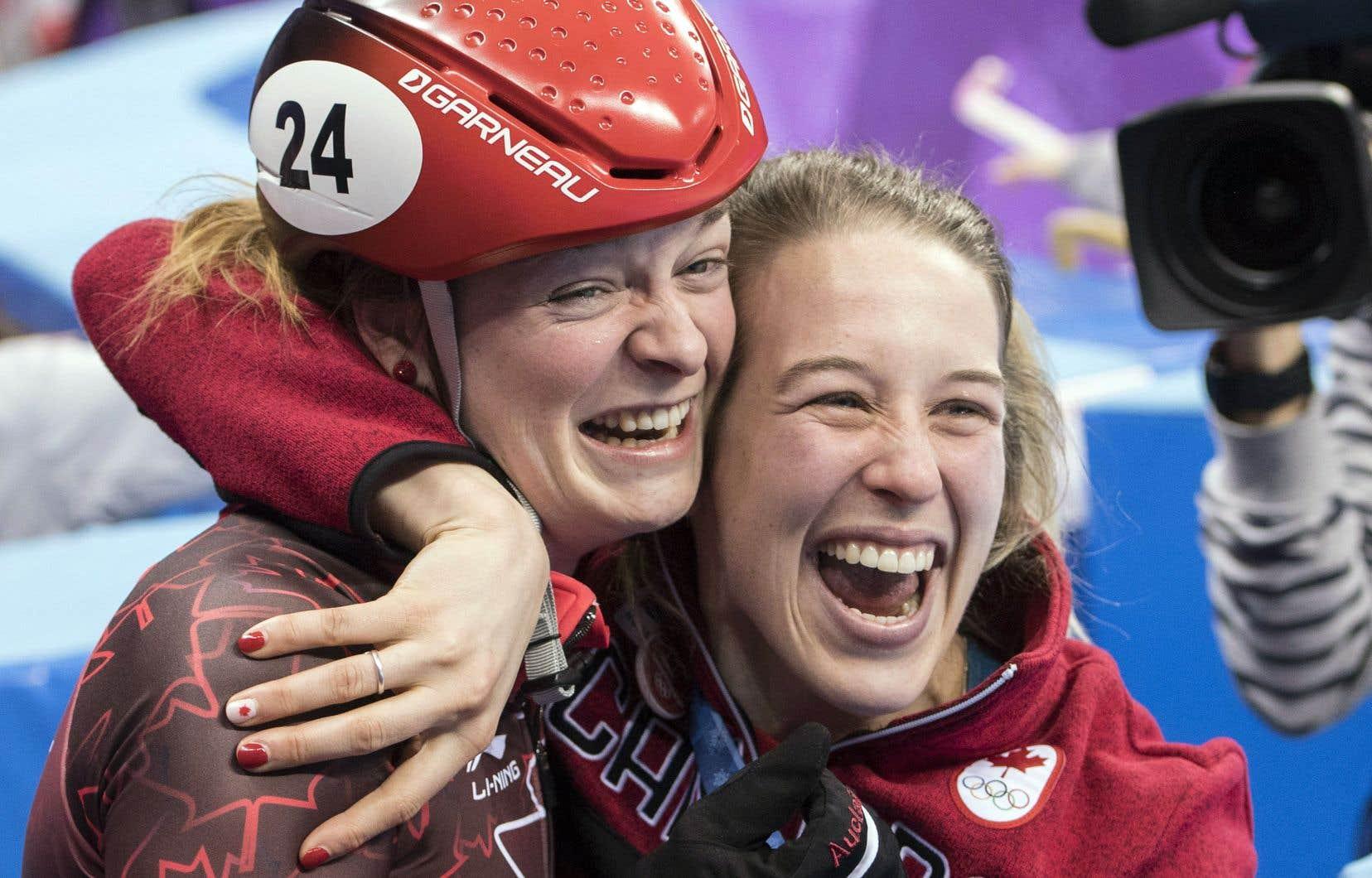 La Sherbrookoise Kim Boutin, que l'on voit ici félicitée par sa coéquipière Marianne St-Gelais, a remporté la médaille de bronze au patinage de vitesse sur courte piste, mais sa performance lui a valu des menaces sur les réseaux sociaux de la part de partisans de la Corée du Sud.