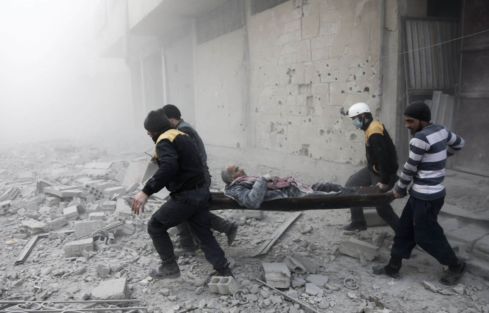 Des civils et des membres des Casques blancs lors d'une intervention en Ghouta orientale, au début janvier