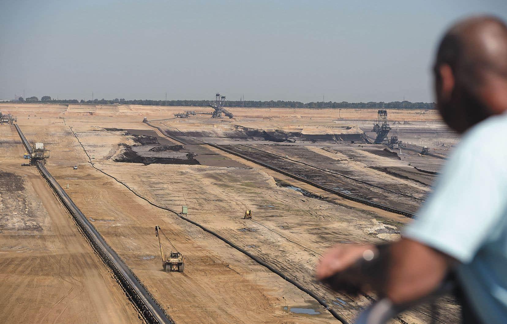 Représentant à lui seul près de la moitié de toutes les émissions dans les 42 pays étudiés, le charbon échappe pour sa part, par exemple, à toute forme de taxation sérieuse. Ci-dessus, la mine à ciel ouvert de charbon de Garzweiler, en Allemagne.