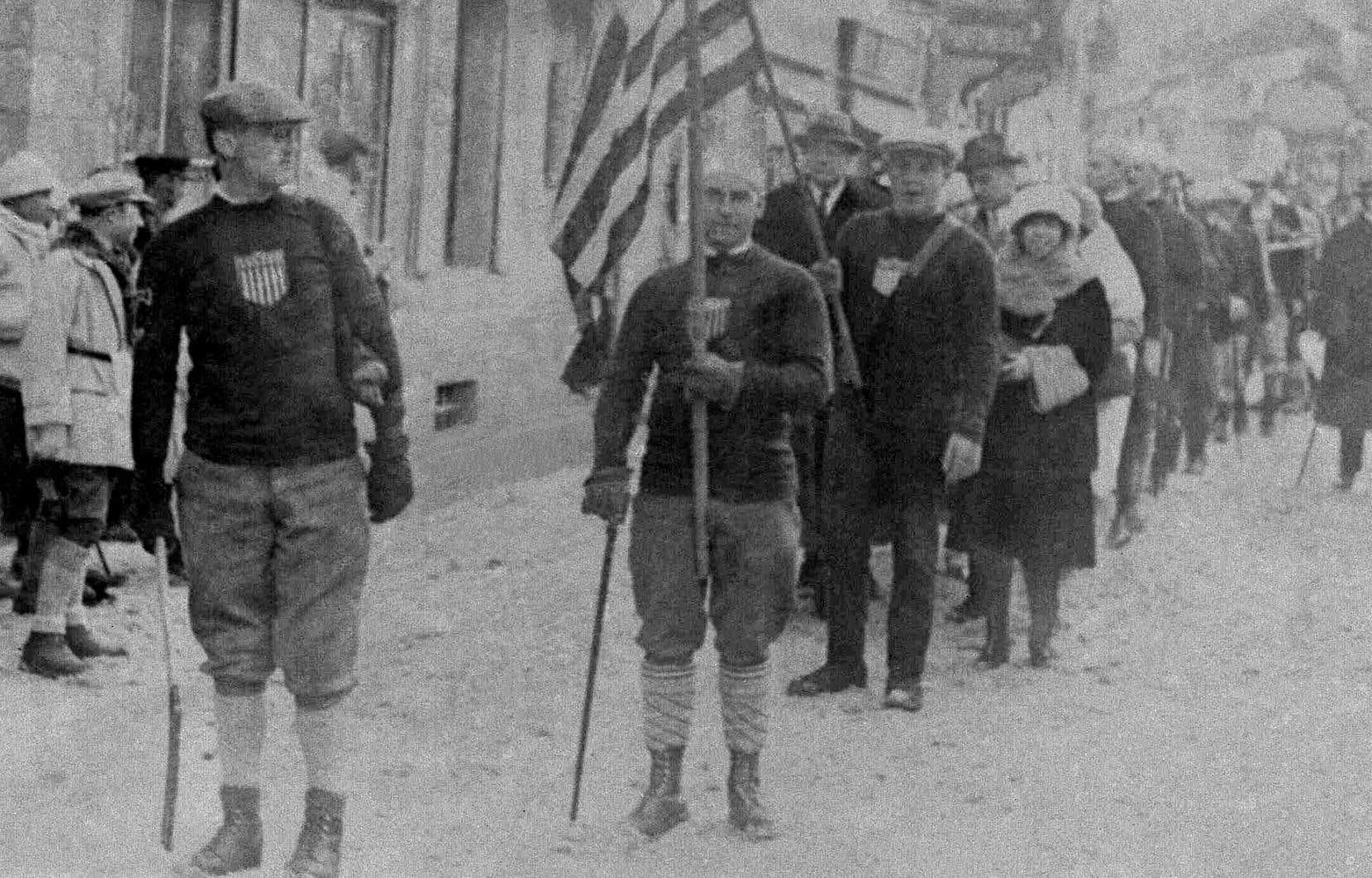 Drapeau américain lors de la cérémonie d'ouverture des Jeux olympiques d'hiver de 1924 à Chamonix