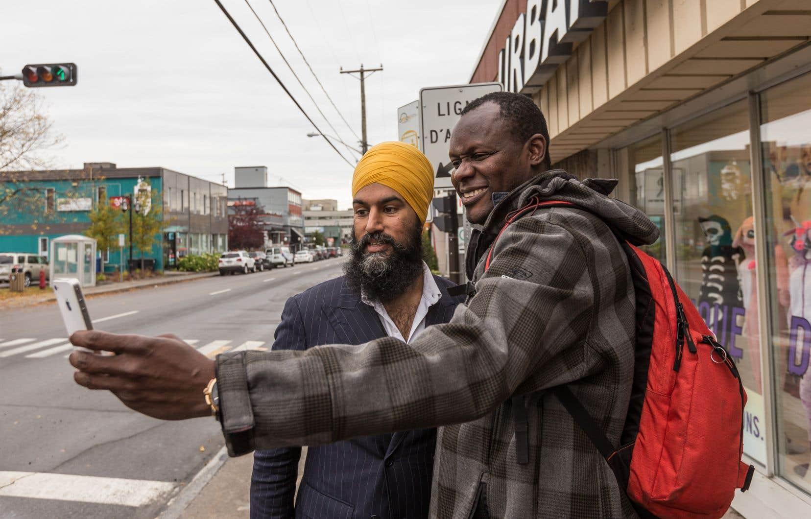 Âgé de 39 ans, adepte des selfies et d'Instagram, Jagmeet Singh veut séduire la même base électorale jeune et diversifiée que celle qui a propulsé Trudeau à la tête du gouvernement.