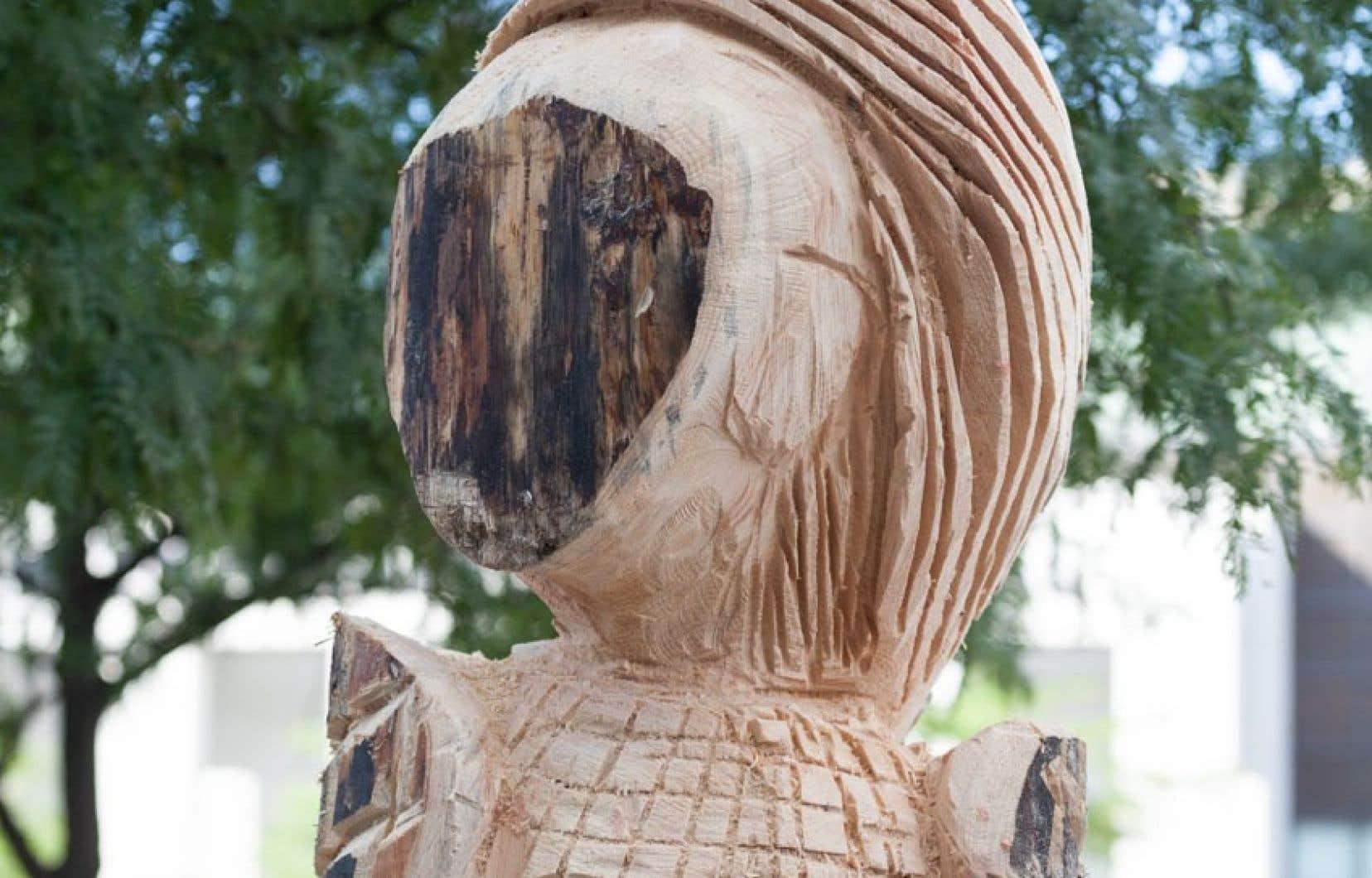 Dans la nuit du 7 au 8 août dernier, une des sculptures de l'artiste Jacques Newashish exposée place des Festivals pendant le festival Présence autochtone à Montréal a mystérieusement disparu.