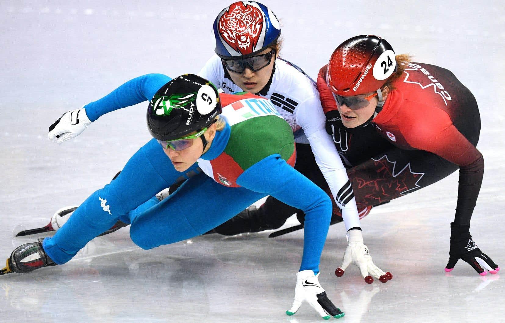 La patineuse de vitesse québécoise Kim Boutin (à droite) a subi l'accrochage de la Coréenne Choi Minjeong (au centre), finalement disqualifiée.