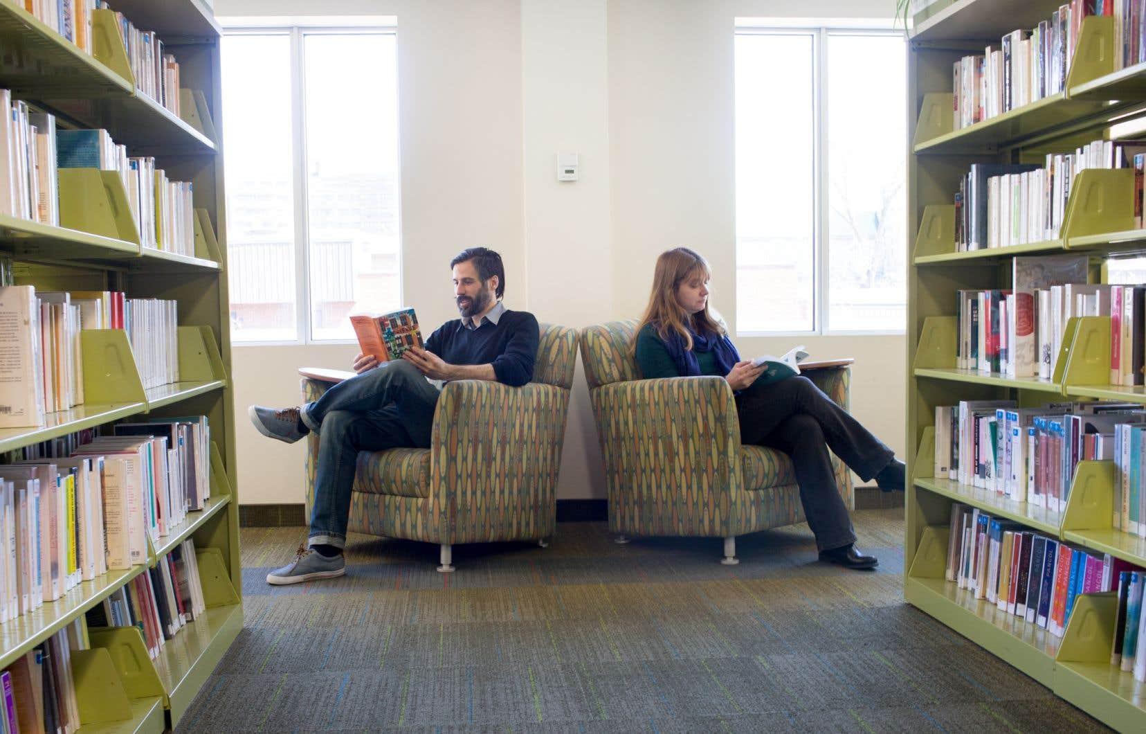 Afin de répondre aux besoins qui résultent de l'apparition de nouveaux services, les bibliothèques doivent retirer des rayonnages, ajouter des places assises et ouvrir les espaces, souligne l'auteure.