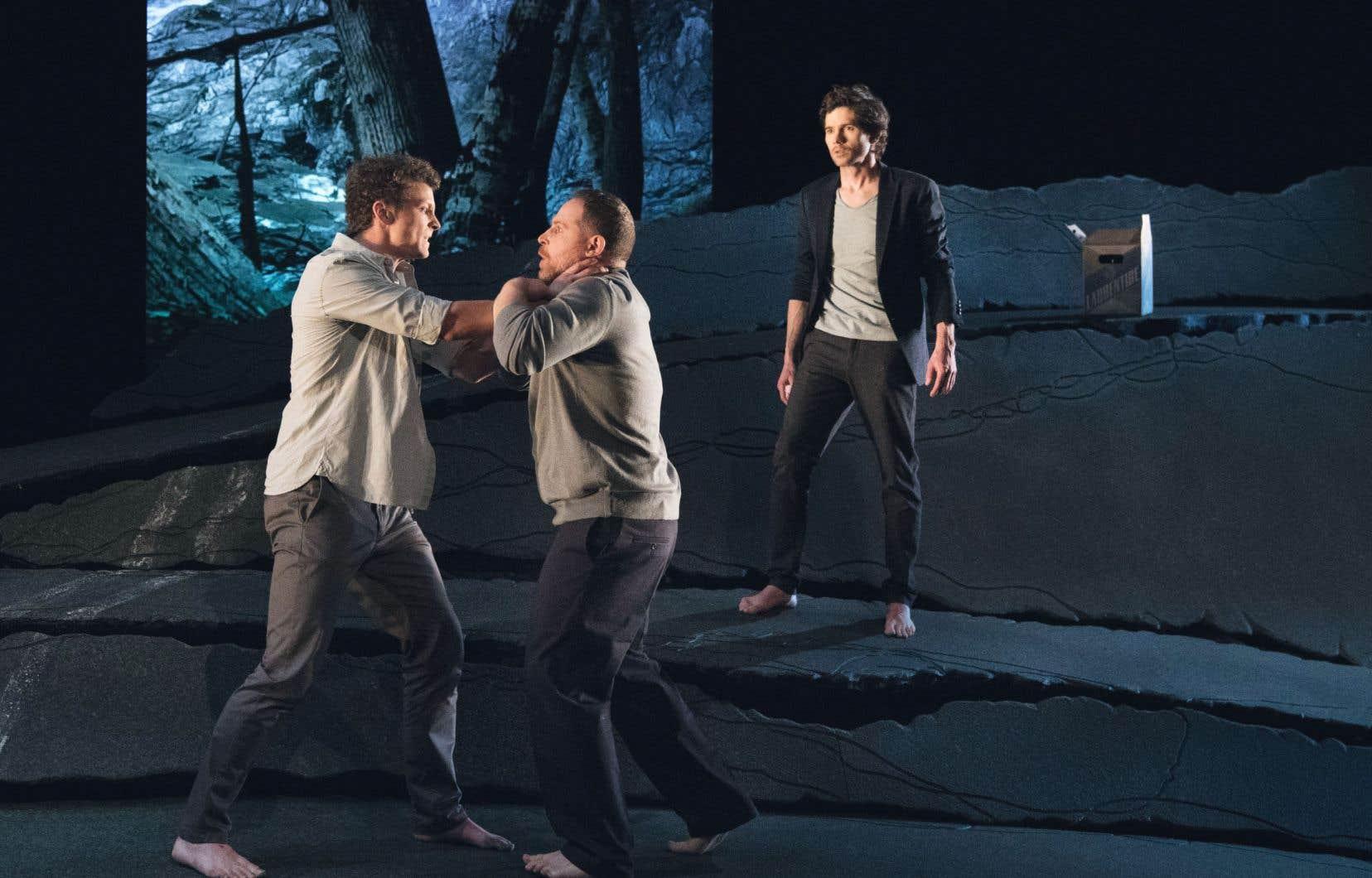 Les comédiens, Félix-Antoine Duval, Alexandre Goyette et Maxime Denommée, sont justes, émouvants, naviguant délicatement entre la caricature et la vulnérabilité, la bravade et l'effondrement.