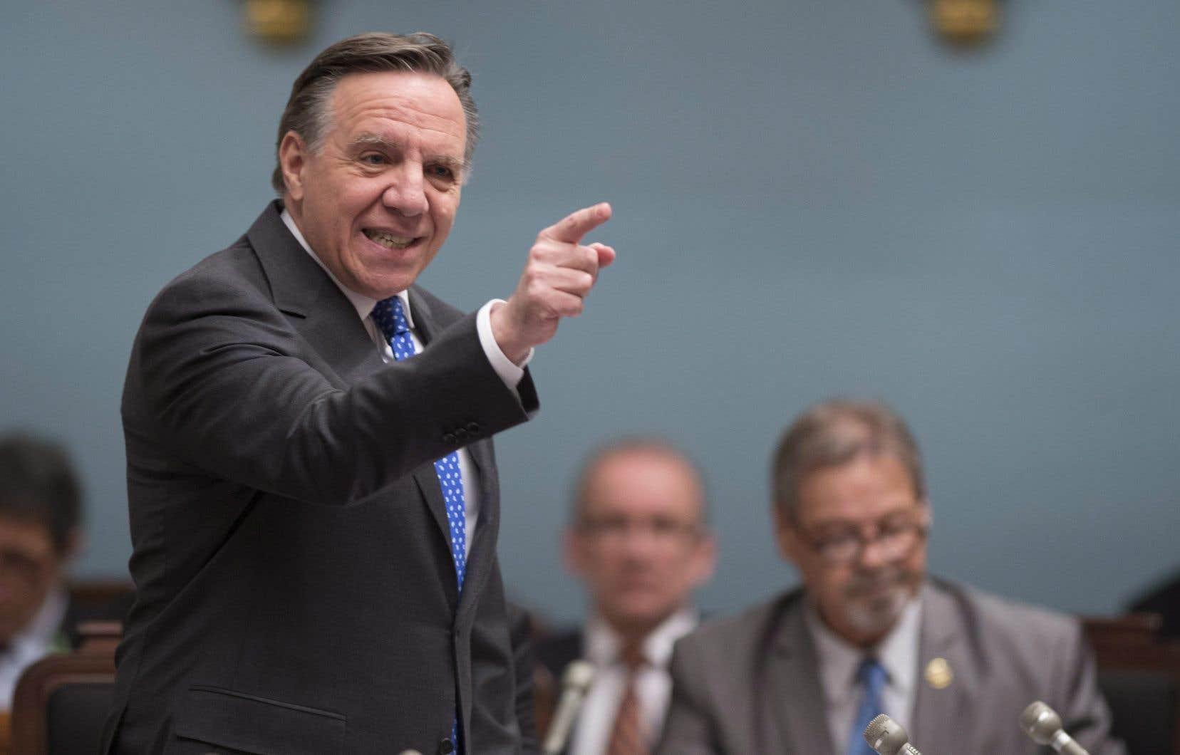 En point de presse, le chef de la CAQ, François Legault, a dénoncé le fait que les médecins spécialistes québécois gagnaient maintenant davantage que leurs collègues ontariens.