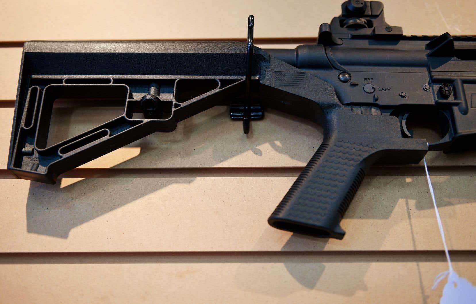 Le «bump stock» est une crosse amovible qui utilise l'énergie du recul de l'arme pour imprimer un mouvement de va-et-vient extrêmement rapide au fusil.