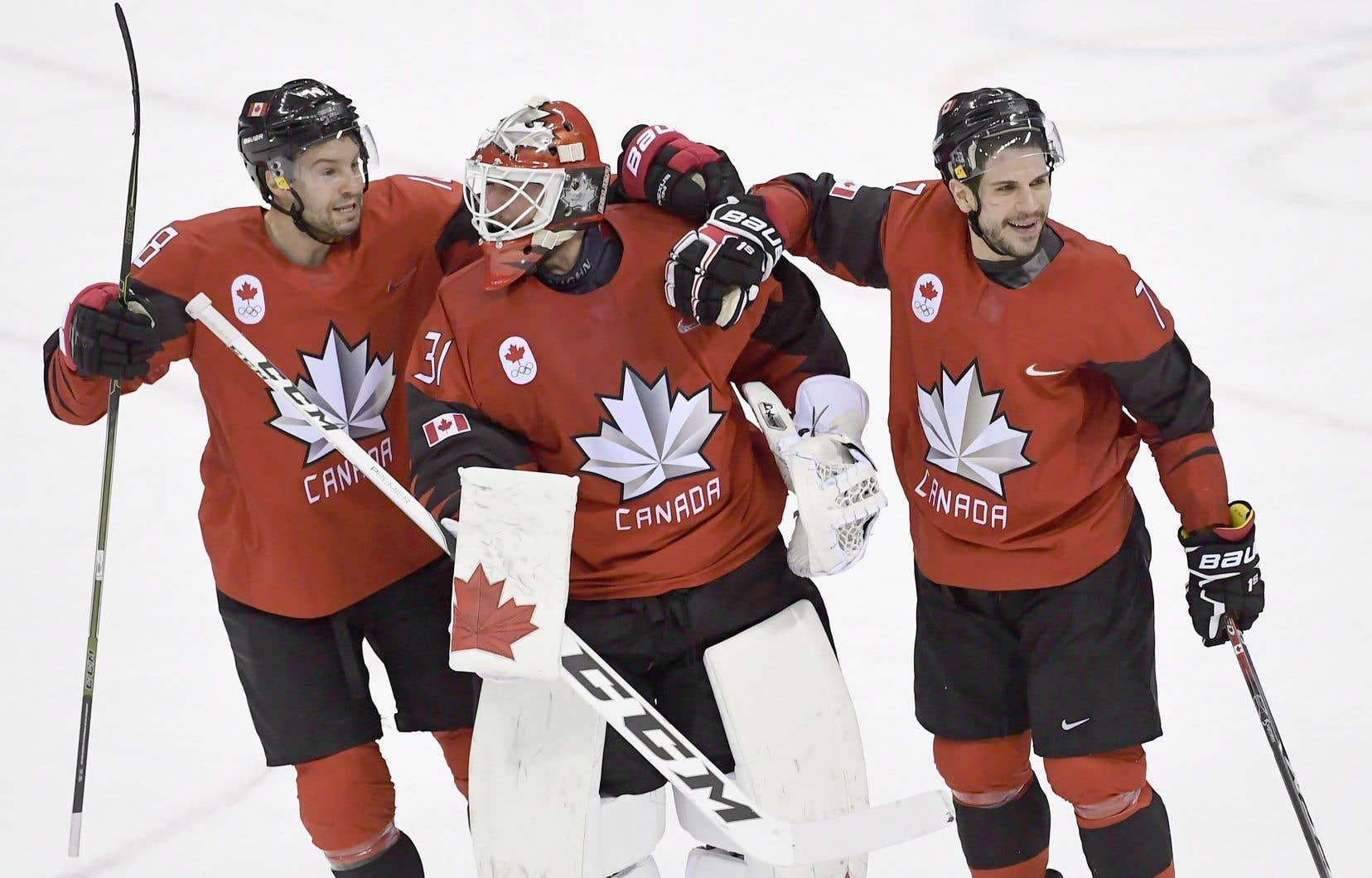 Marc-Andre Gragnani, Kevin Poulin et René Bourque célèbrent la victoire du Canada sur la Finlande. Hockey Canada aurait demandé que les noms de certains joueurs soient prononcés avec un accent anglophone.