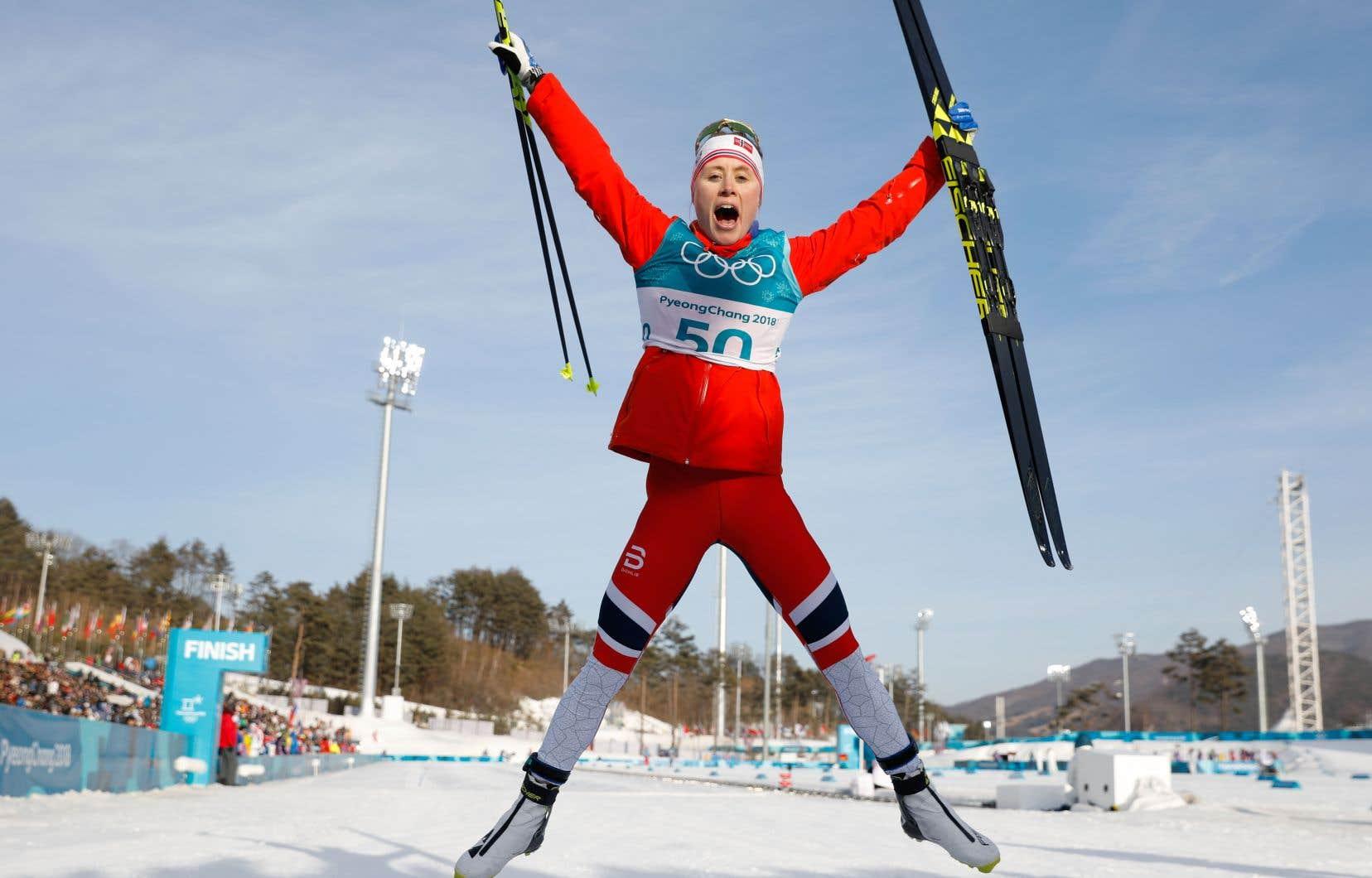 L'athlète norvégienne Ragnhild Haga, après avoir remporté l'or en ski de fond au 10 km libre femmes la semaine dernière