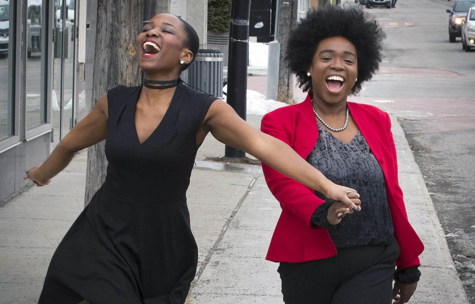 La mannequin Kara Antoine (à gauche) et Anastasia Marcelin, fondatrice d'une entreprise qui encourage la femme noire à s'affranchir des diktats de la société, travaillent ensemble sur un défilé de mode atypique.