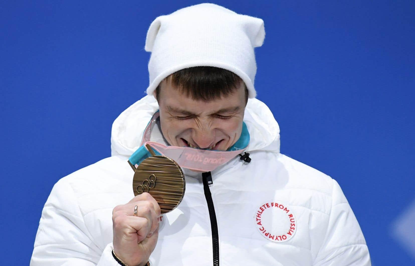 Le skieur Ilia Burov reçoit sa médaille de bronze lors des Jeux de Pyeongchang. Quand des athlètes russes obtiennent des médailles à Pyeongchang, celles-ci sont attribuées aux «athlètes olympiques de Russie», souligne l'auteur.
