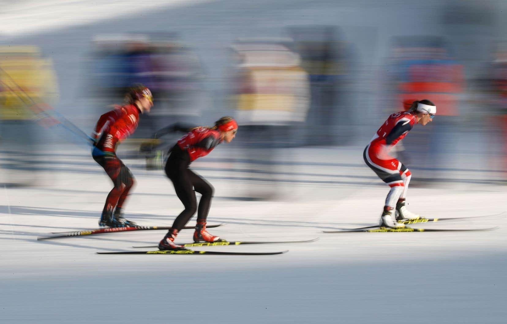 Marit Bjørgen (à droite) a aisément devancé ses compétitrices, lors de la demi-finale de sprint par équipes de cross-country féminin, à Pyeongchang, mercredi.