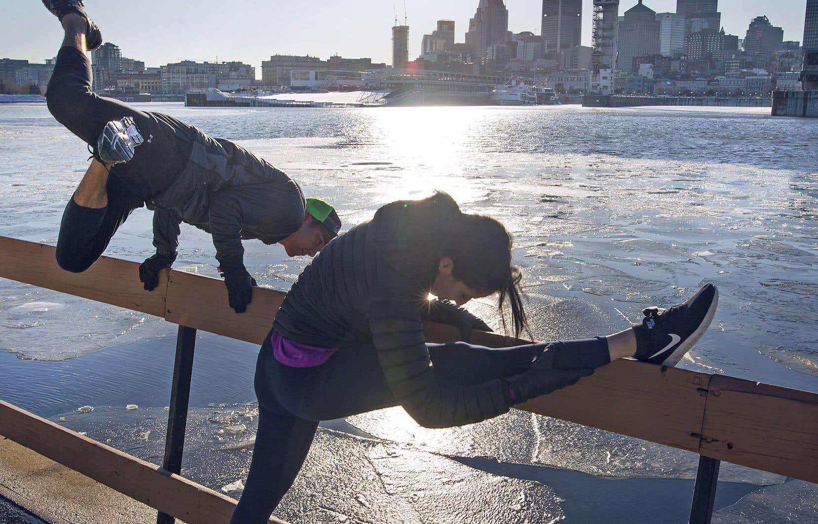 Des amateurs de course à pied ont profité de la température clémente lundi pour aller s'entraîner aux abords du fleuve.