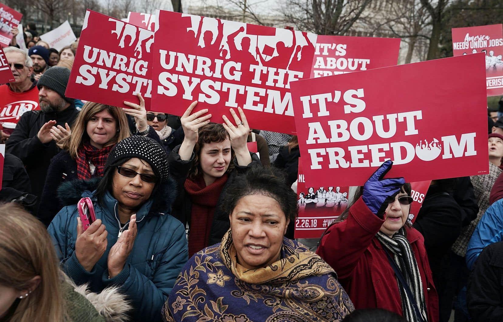 Des manifestants devant la Cour suprême des États-Unis à Washington, lundi. La cour doit entendre une cause contre les cotisations obligatoires dans le secteur public.