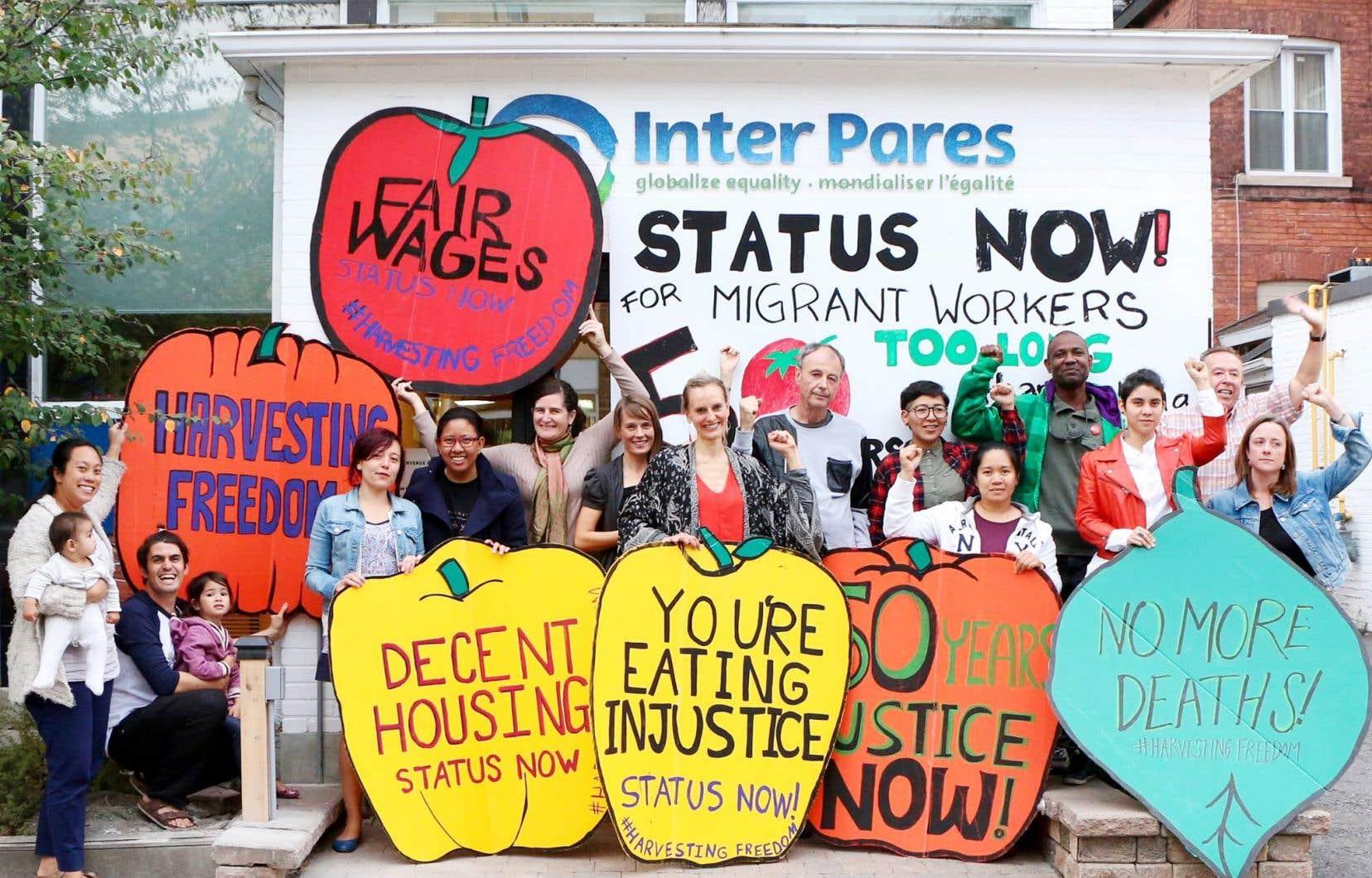 Des membres de l'équipe d'Inter Pares et des travailleurs migrants lors d'une caravane sur les droits des travailleurs migrants