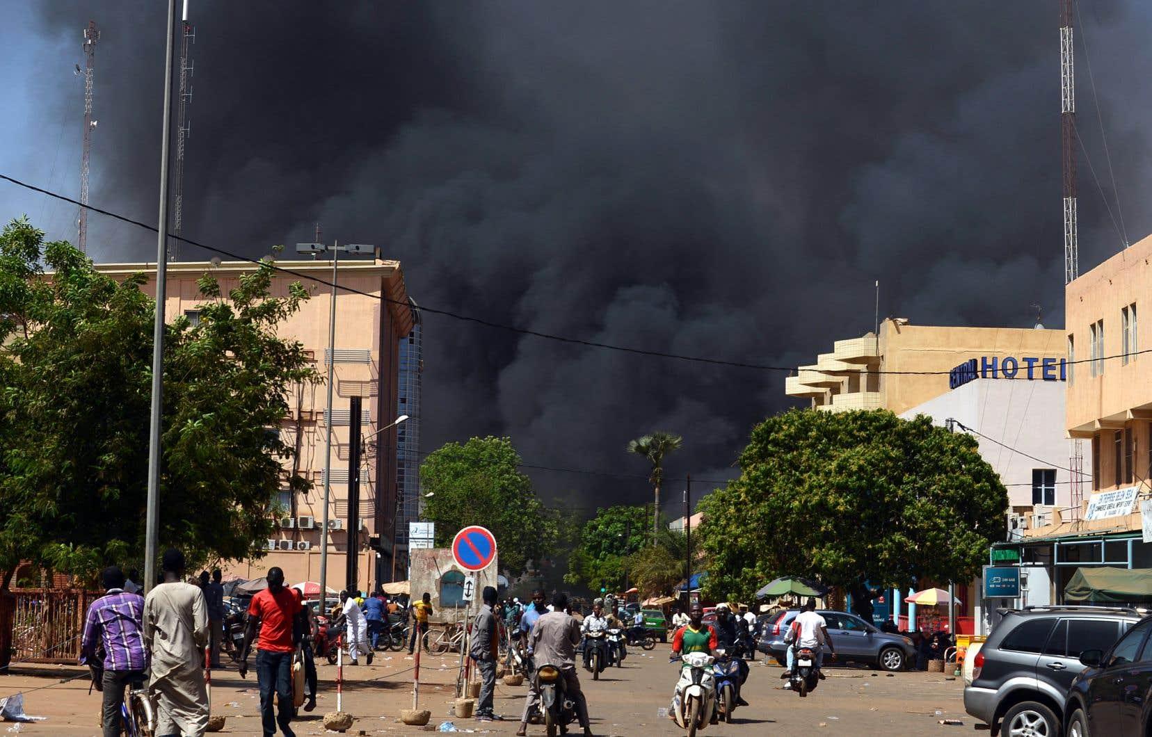 Des épaisses colonnes de fumée noire se sont élevées dans le ciel de Ouagadougou après les attaques.