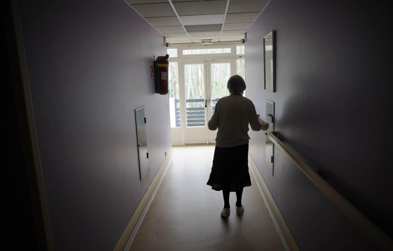 Quand le vieil homme ou la vieille dame entre dans un foyer d'une sorte ou d'une autre, n'est-ce pas le plus souvent ses proches qui en ont pris la décision? s'interroge l'auteure.