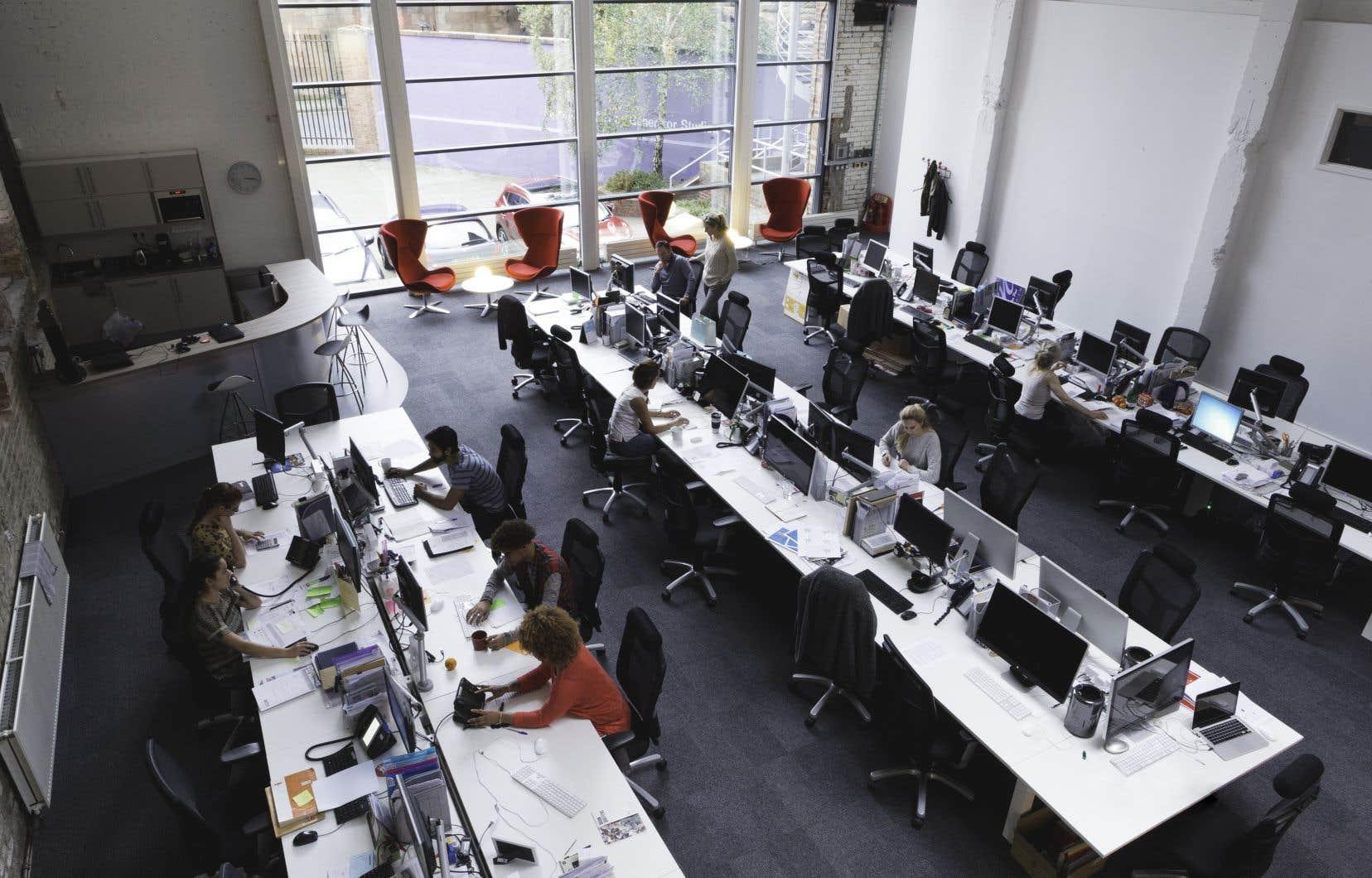 Les environnements physiques de travail sont en profonde mutation: bureaux ouverts, espace partagé, mise en disponibilité de services de divertissement ou délocalisation de la prestation de travail, soulignent les auteurs.