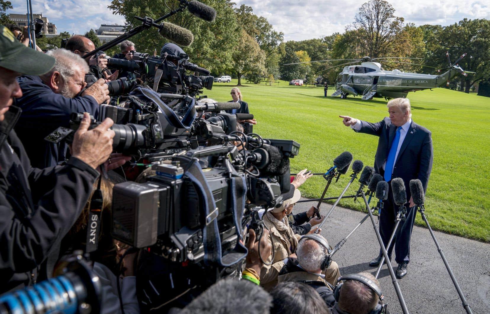 Le président Donald Trump face aux journalistes. Les philanthro-journalistes estiment que le journalisme américain tel qu'il est actuellement pratiqué court à sa perte, rapporte l'auteur.