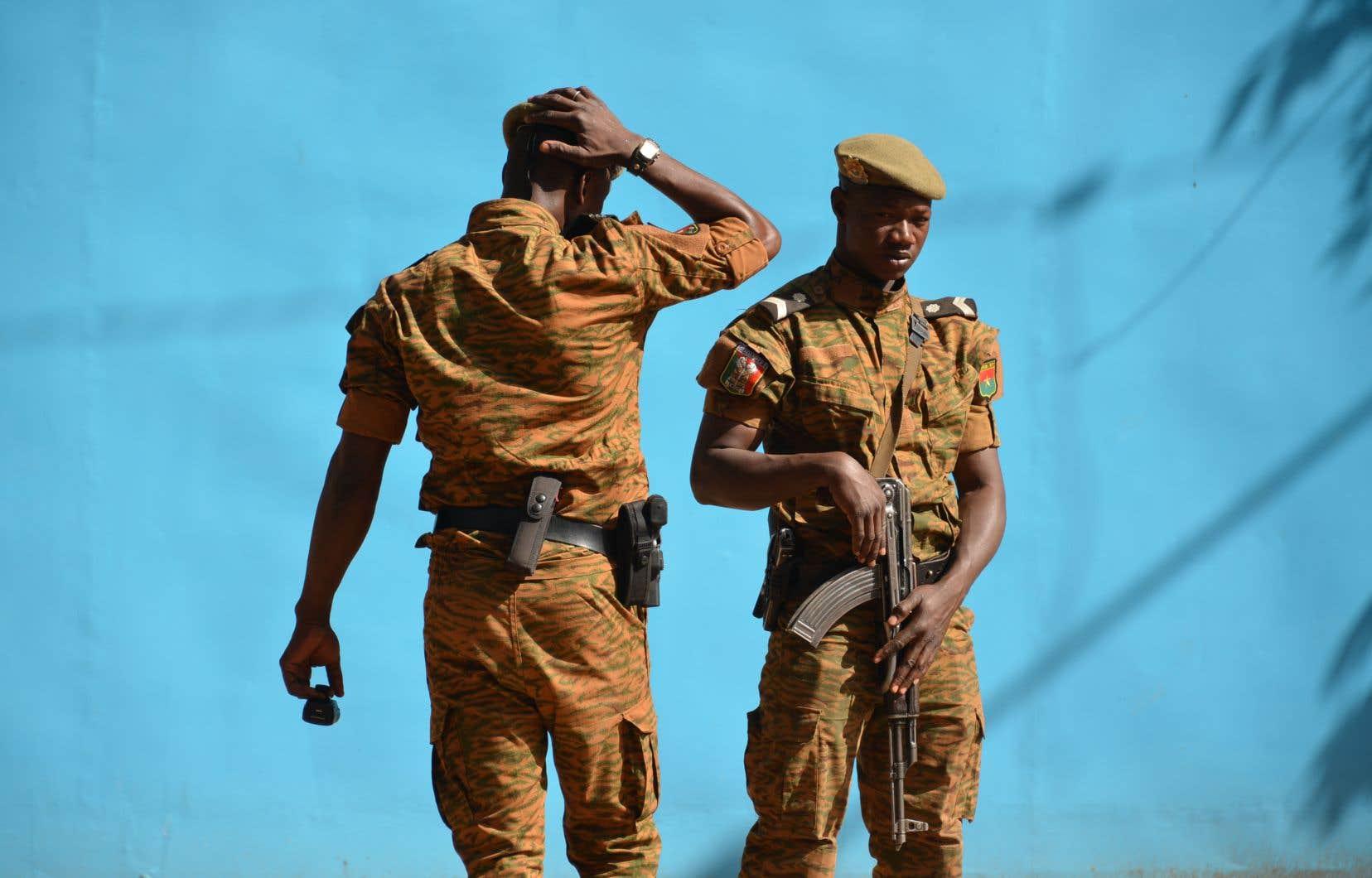 Deux soldats de l'armée du Burkina Faso en patrouille à Ouagadougou