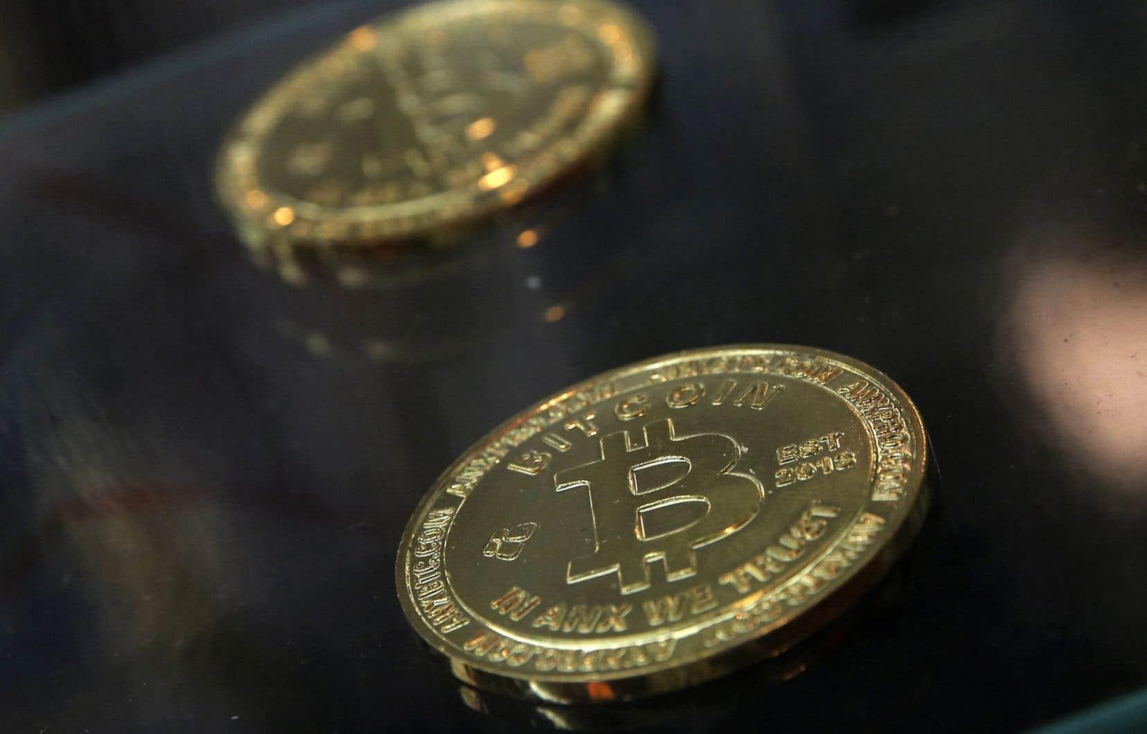 Le bitcoin (BTC) est une monnaie virtuelle décentralisée catégorisée comme étant une cryptomonnaie.