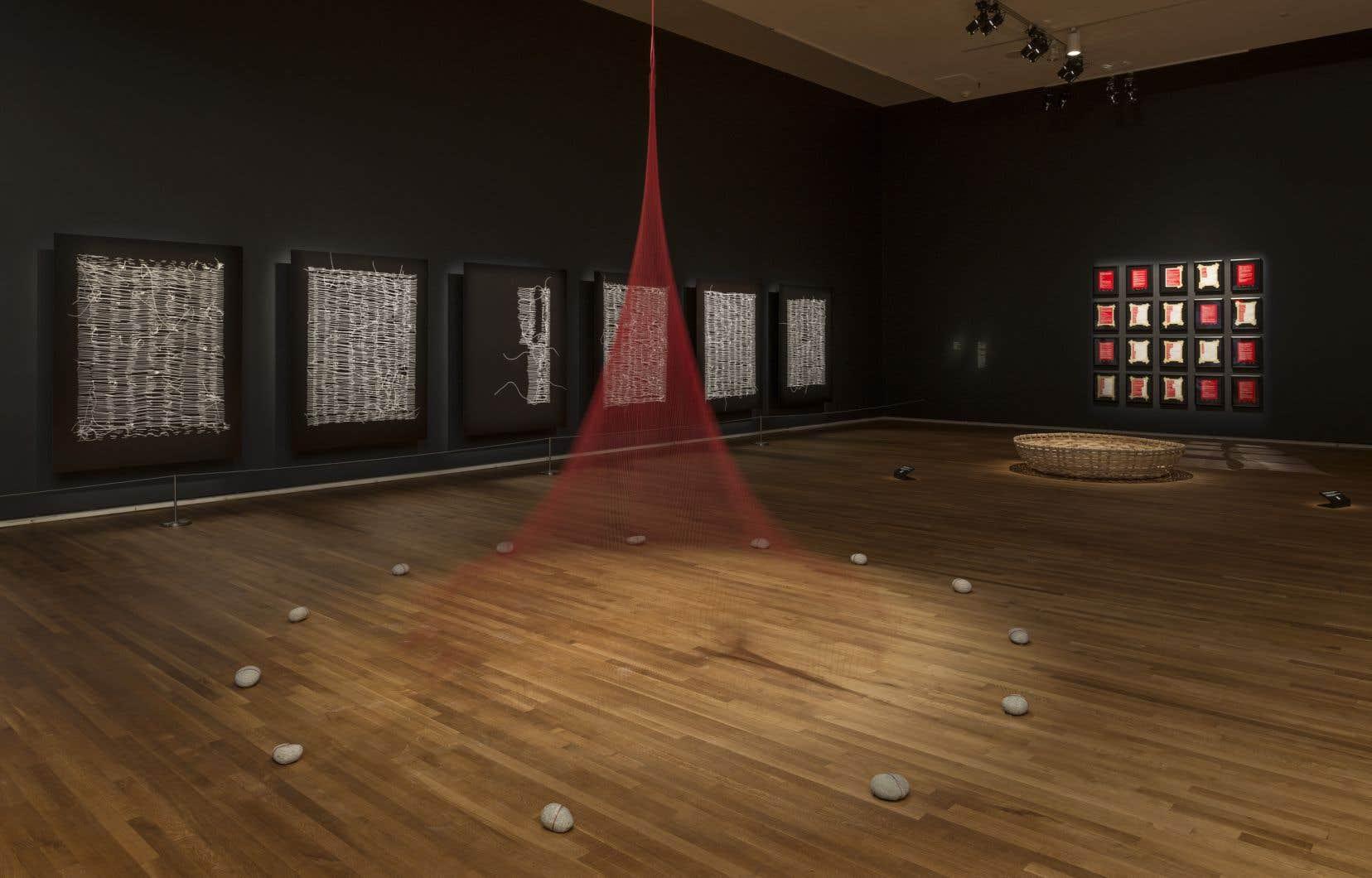 Dans l'exposition «Tout ce qui reste – Scattered Remains», plusieurs œuvres de l'artiste d'origine algonquine Nadia Myre propose une nouvelle compréhension de l'histoire telle qu'elle est rapportée dans les faits, souligne l'auteur.