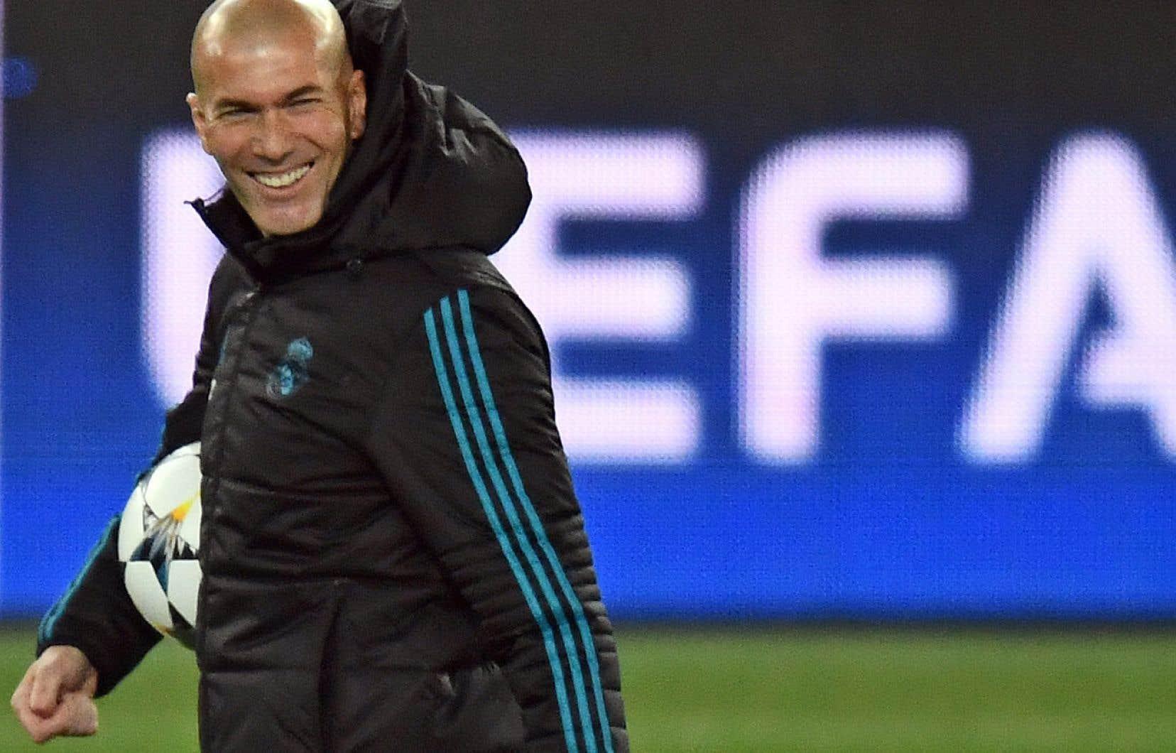 Zinedine Zidane sur le terrain du Parc des Princes à l'occasion d'un entraînement, lundi soir