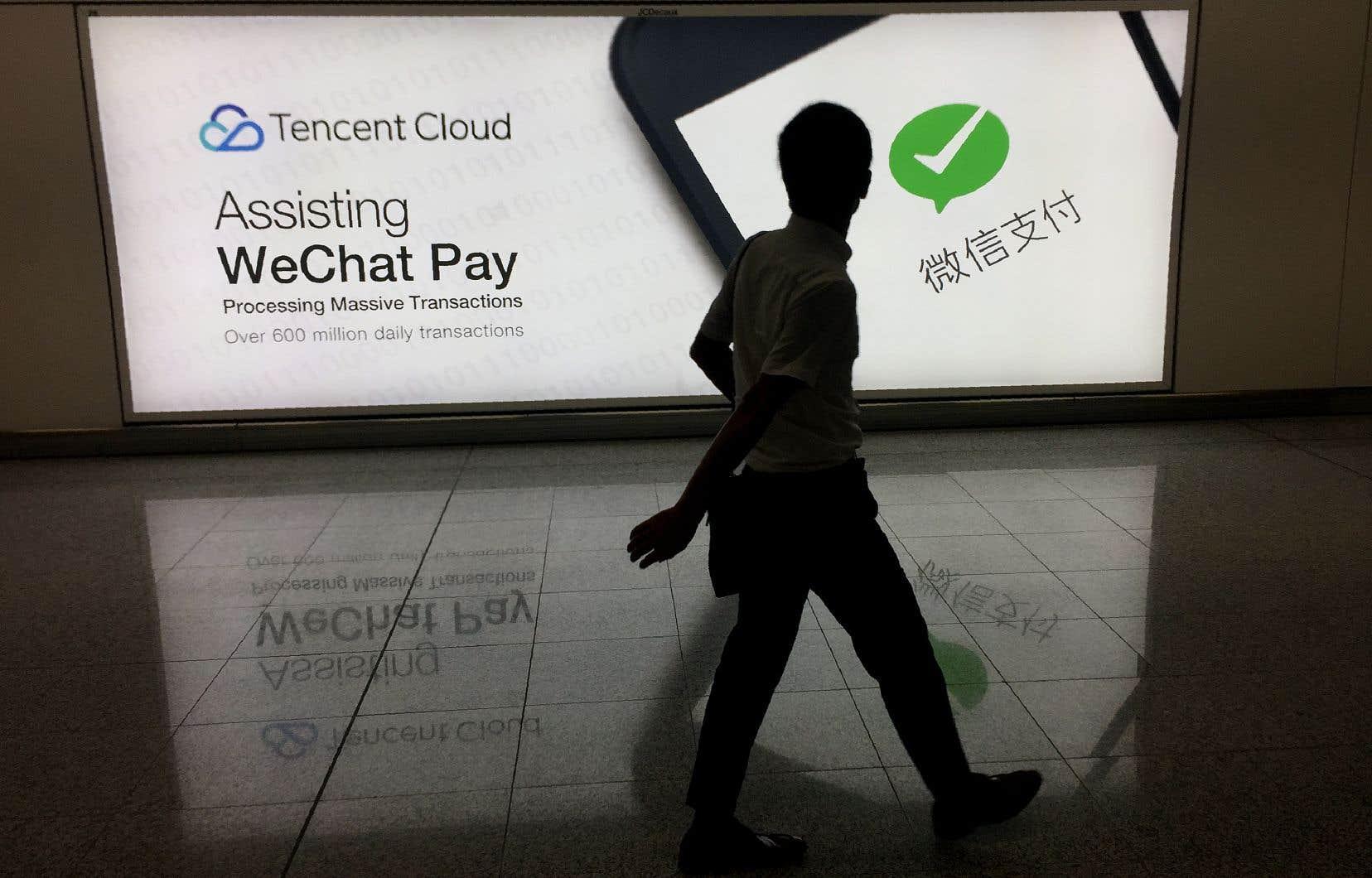 Une publicité pour la plateforme de médias sociaux WeChat appartenant à la société chinoise Tencent, à l'aéroport international de Hong Kong
