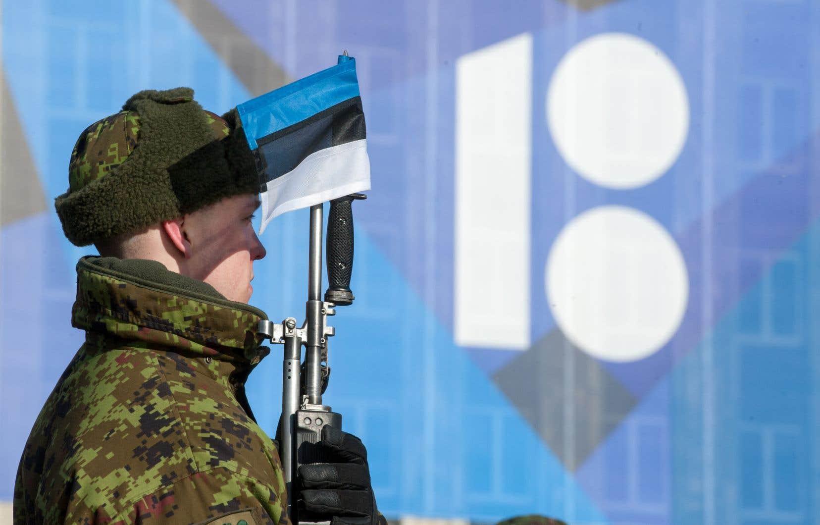 Un militaire estonien monte la garde lors d'un défilé militaire dans les rues de la capitale, Tallinn.