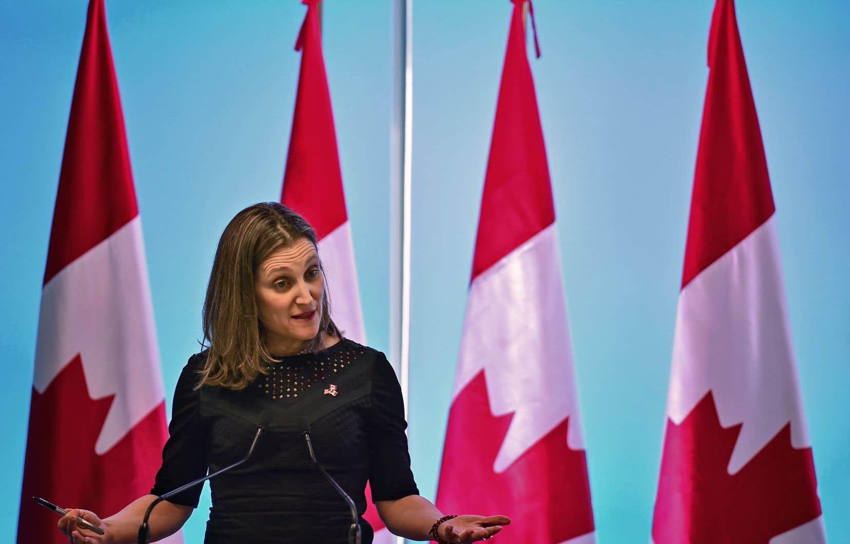 «Si des restrictions sont imposées sur l'acier et l'aluminium canadiens, le Canada prendra des mesures appropriées pour défendre nos intérêts commerciaux», a déclaré la ministre canadienne des Affaires étrangères, Chrystia Freeland.