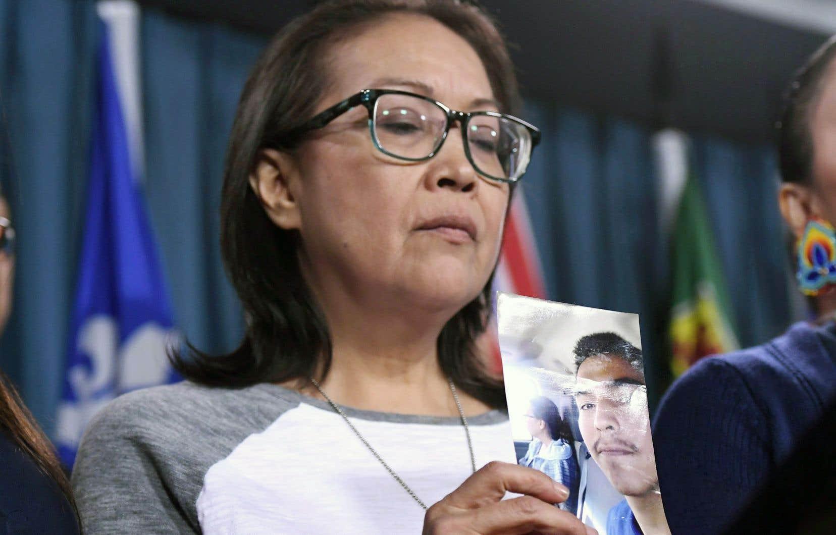 La mère de Colten Boushie, Debbie Baptiste, a montré une photo de son fils lors d'une conférence de presse le 14 février à Ottawa.