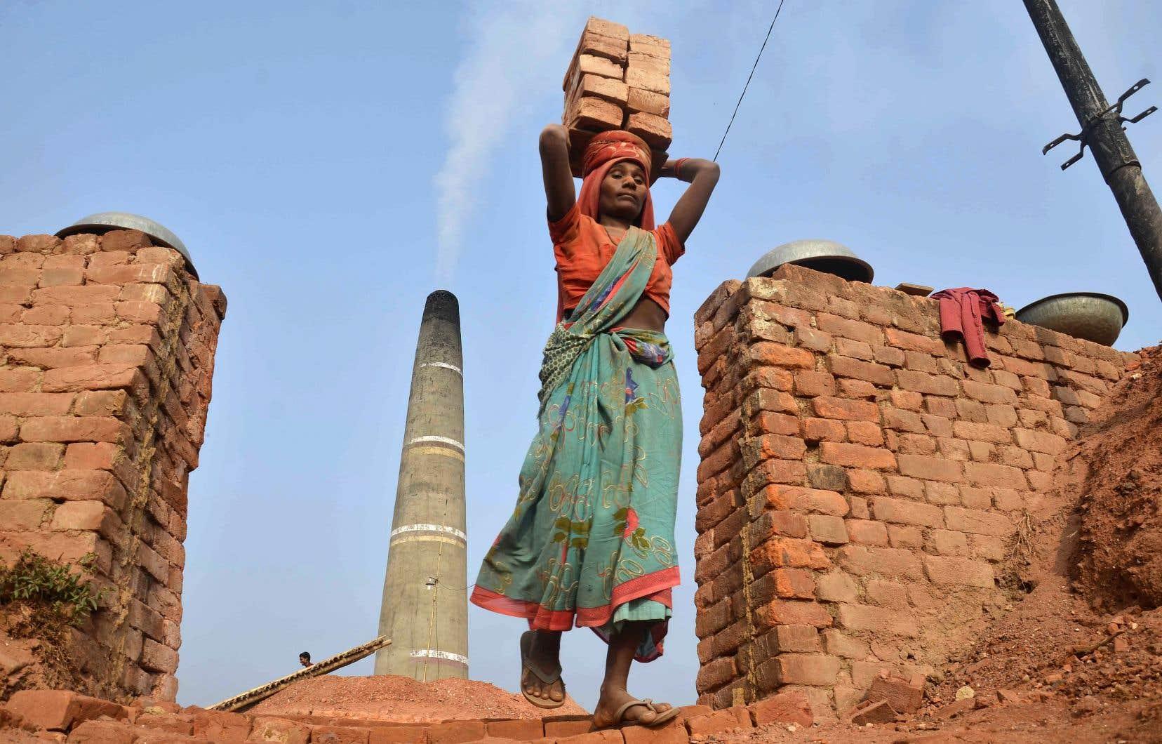 Plus de 75% des femmes d'Afrique et d'Asie travaillent dans le secteur informel sans la moindre protection sociale, rappelle l'auteure.