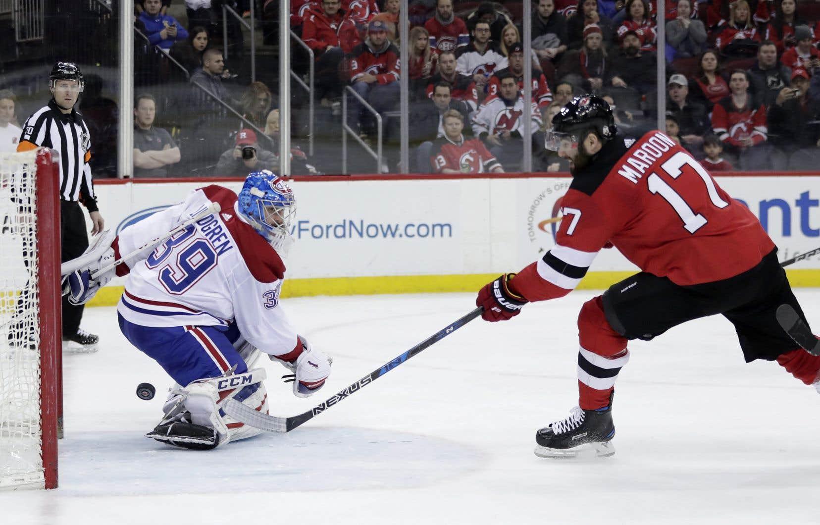 L'attaquant Patrick Maroon déjoue le gardien du Canadien, Charlie Lindgren, en deuxième période.