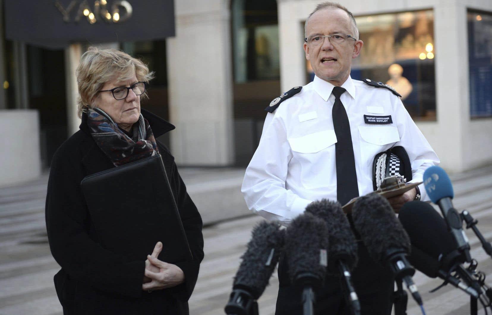 Point de presse du chef de la police antiterroriste Mark Rowley, accompagné du docteur Sally Davies, devant le siège de Scotland Yard à Londres