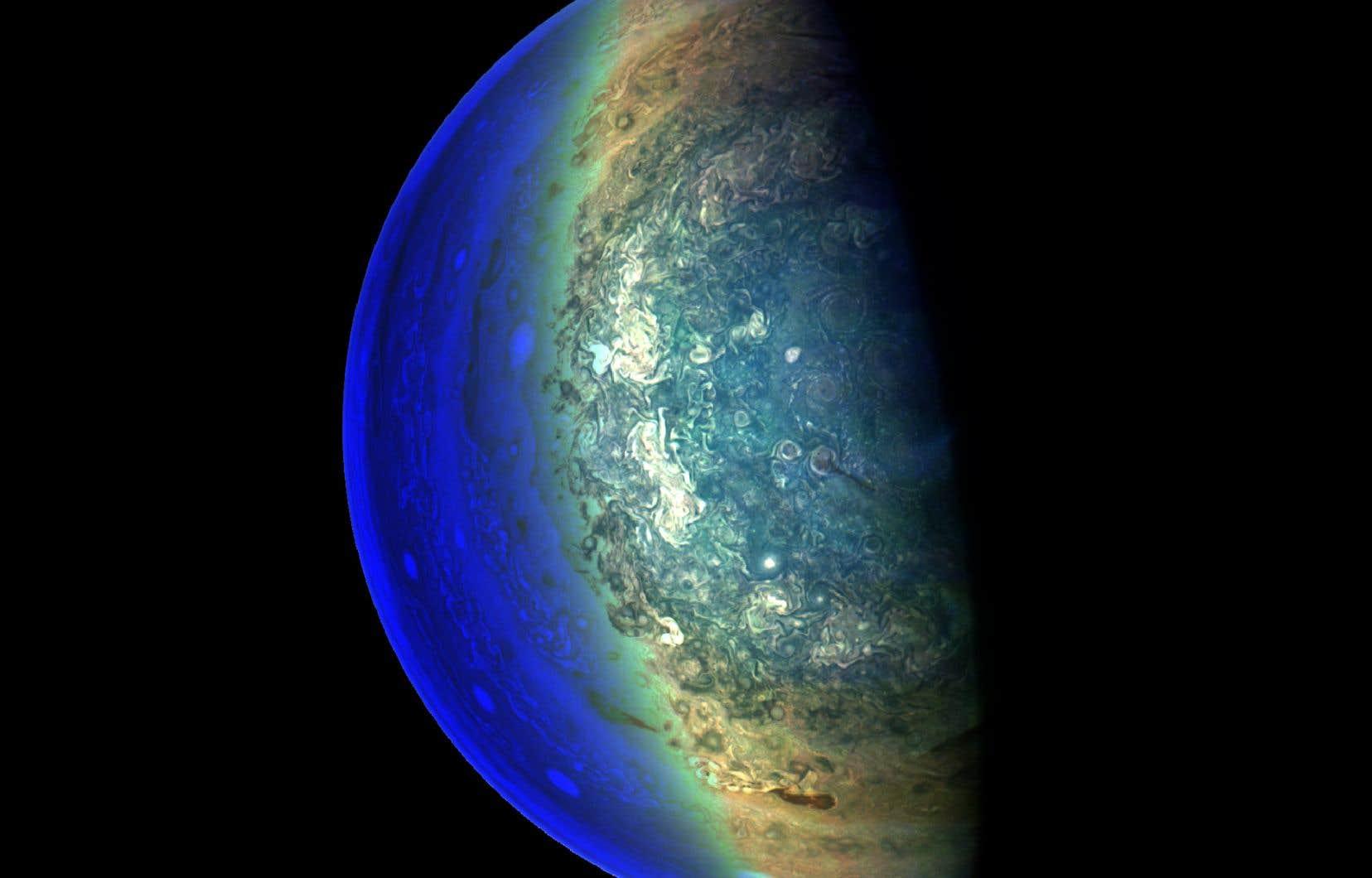 Vue de l'espace, Jupiter est divisée en bandes horizontales de couleurs chaudes, qui tournent à des vitesses différentes. Ces bandes sont créées par des couronnes de vents intenses circulant alternativement vers l'est et vers l'ouest.