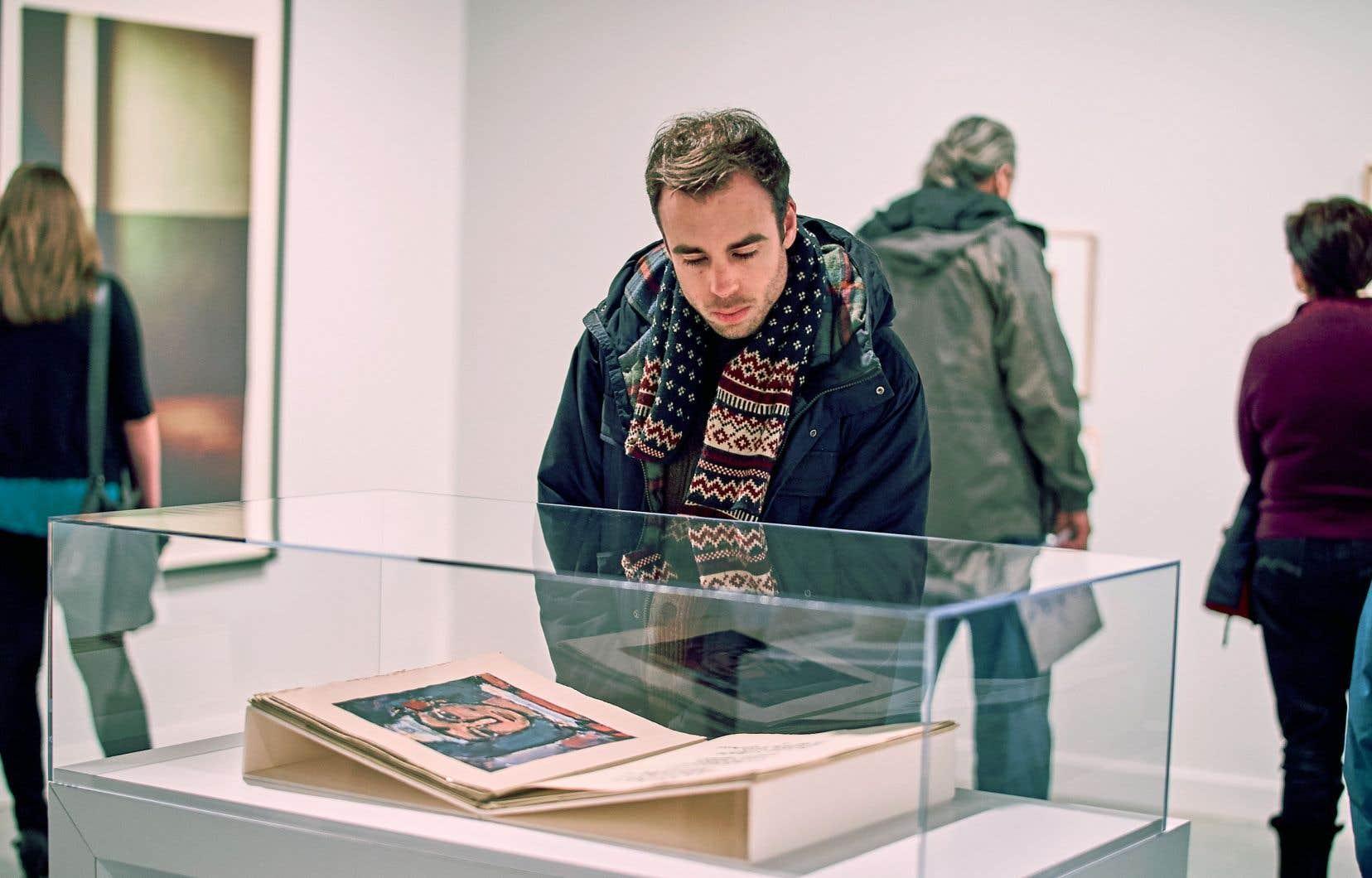 Un visiteur observe l'œuvre <em>Divertissement</em> (1943) de Georges Rouault. En arrière-plan, à gauche, <em>Se fueron los curas 4 </em>(2007), photo de Yann Pocreau.