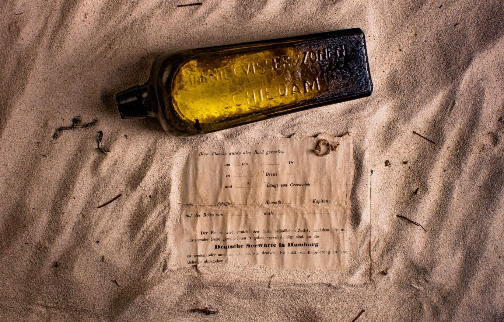 La bouteille rectangulaire était à moitié enfouie dans le sable près de Wedge Island, à 160 km au nord de Perth.