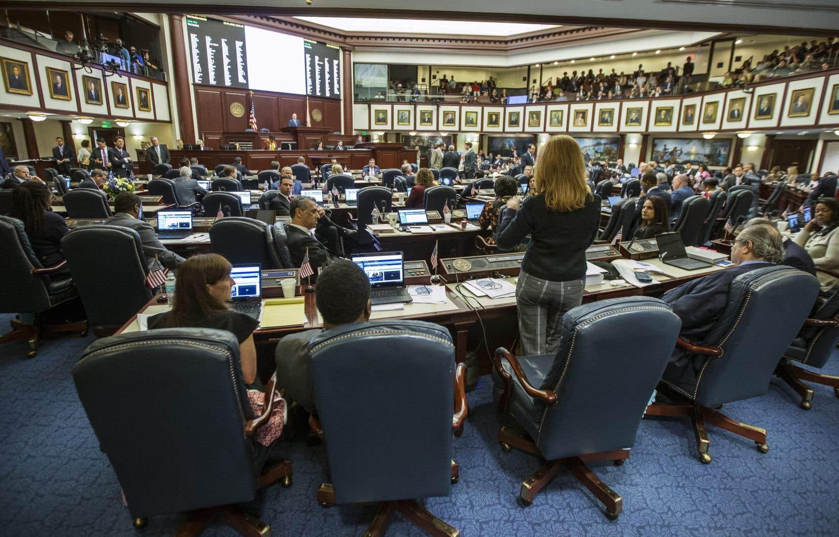 La représentante floridienne Kristin Diane Jacobs parle du projet de loi sur la sécurité des armes à feu à la Chambre de la Floride, à Tallahassee, mercredi.