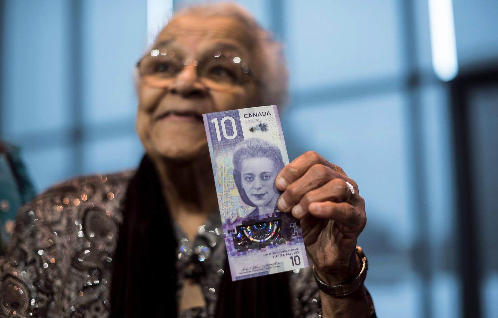 Wanda Robson, la soeur de Viola Desmond, tient dans ses mains l'un des nouveaux billets de 10 dollars.
