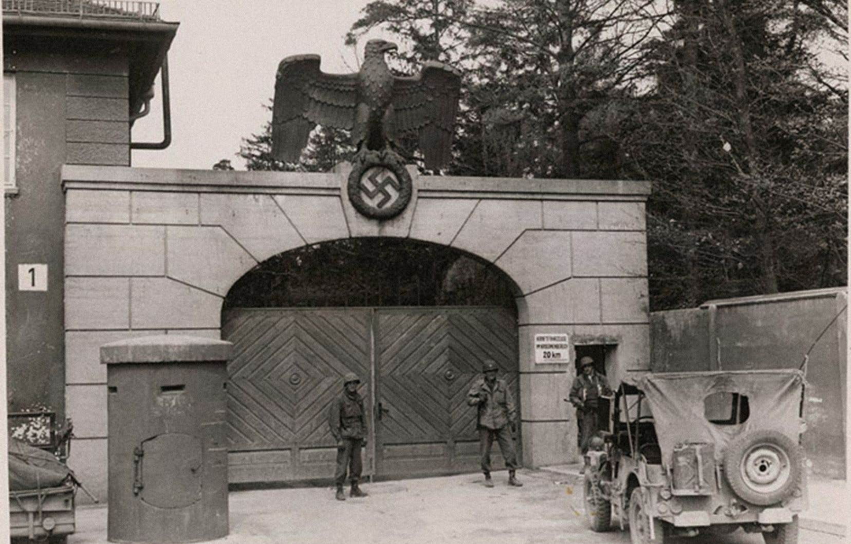 Des militaires américains devant l'entrée du camp de concentration de Dachau, en 1945.René Lévesque a été l'un des premiers journalistes à y pénétrer, dans les heures qui ont suivi la découverte du camp.