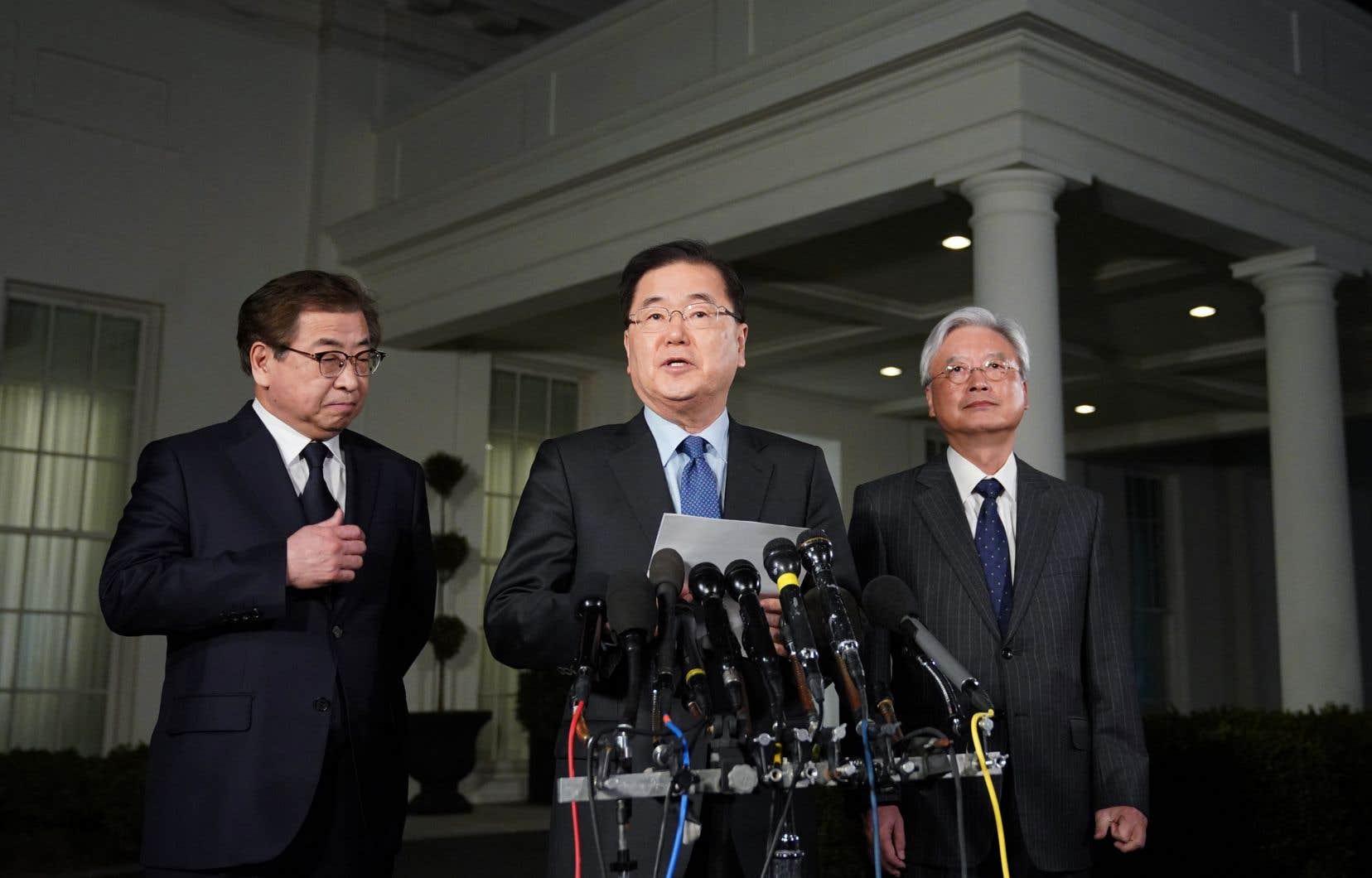 Le conseiller national sud-coréen à la Sécurité, Chung Eui-yong (au centre), ainsi que le chef du Service national de renseignement, Suh Hoon (à gauche), accompagnés de l'ambassadeur de Corée du Sud aux États-Unis, Cho Yoon-je (à droite)