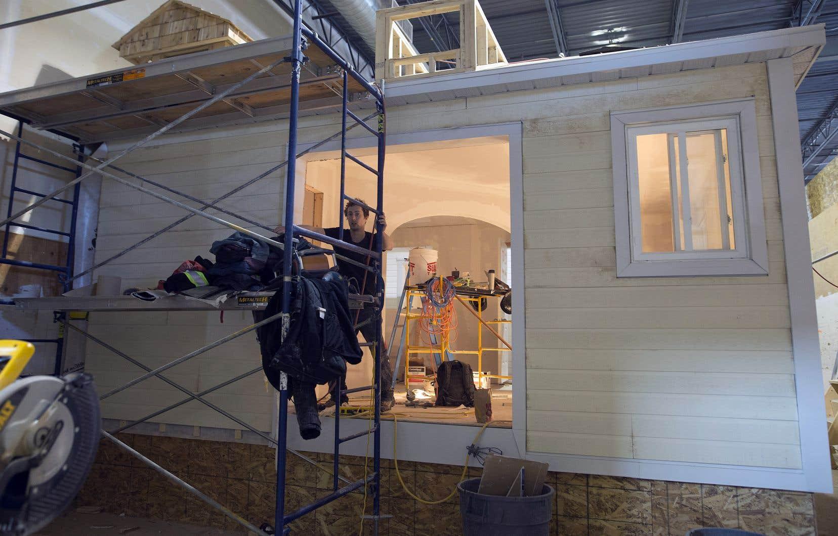 C'est une maison similaire à celle-ci qui sera transportée à Lac-Simon, où la communauté l'installera sur des fondations et ajoutera des éléments de finition intérieure.