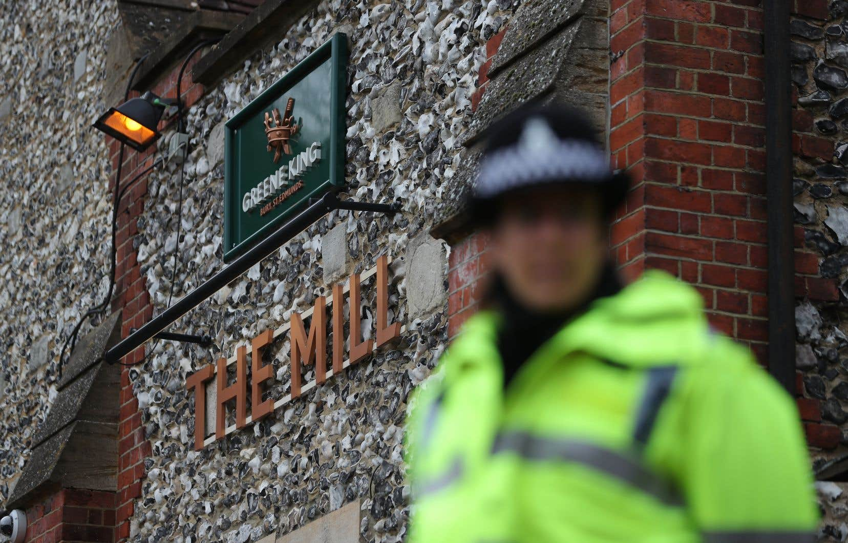 Un policier se tient devant le pub The Mill à Salisbury, dans le sud de l'Angleterre, dimanche.